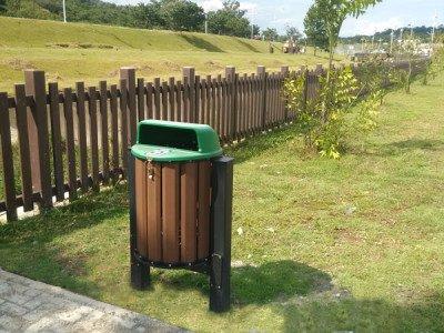 Lixeira Ecológica de Madeira Plástica em Área Pública